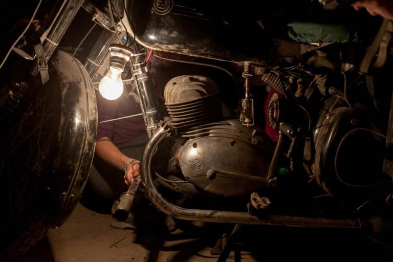Noční opravy motorky