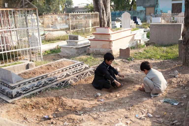 Není lepší místo , kde si udělat ďolík a hrát kuličky, než na hřbitově.