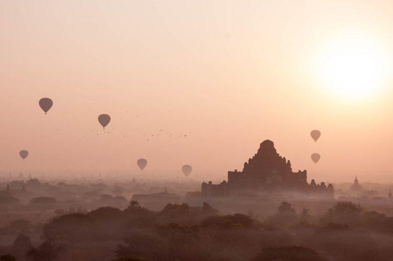 Slunce nad chrámem v Baganu