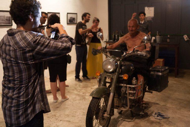 Ten chlapík na motorce samozřejmě není Walter, ale bezdomovec, který většinou spí před tímhle klubem a stal se jakýmsi jejich symbolem.
