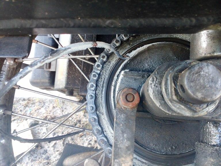 Ani kryt brzdy nebyl úplně v nejlepším stavu, ale ten hluk nezpůsoboval.