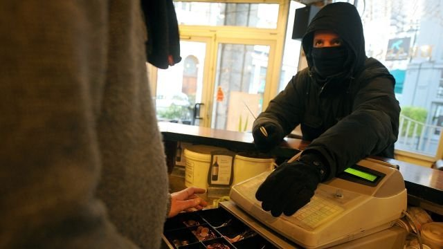 SOCIETY: A robbery in an electronic cigarette shop.