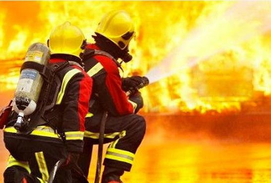 ROYAUME-UNI : 20 pompiers pour lutter face à une usine d'e-liquide en feu.