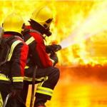 СОЕДИНЕННОЕ КОРОЛЕВСТВО: пожарные 20 для борьбы с заводской электронной жидкостью.