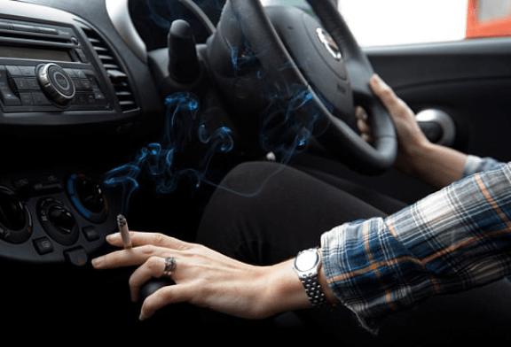 TUTORIAL: Reinigen Sie ein Auto, in das Tabak eingedrungen ist.