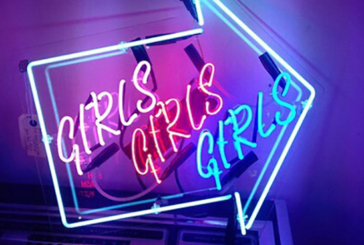 INSOLITO: un manager del negozio di vape viene convertito nell'industria del sesso!