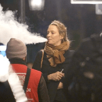 אנשים: השחקנית אומה תורמן מעלה עננים גדולים עם הסיגריה האלקטרונית שלה בלונדון.
