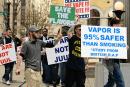VS: Verdedigers van de damp komen samen tegen het verbod op smaken voor de e-sigaret.