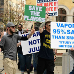 ארצות הברית: תומכי Vape מפגינים נגד האיסור על טעמי סיגריה אלקטרונית.