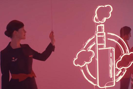 סרטון וידיאו: הסרט החדש של אייר פראנס שמזכיר לנו את האיסור להתנדף בטיסה!