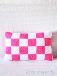 cojín-ganchillo-rosa-blanco-acabado-1