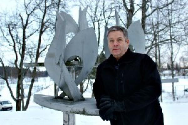 """Rauno Kesselija Kaarlo Kalliomäen suunnittelema Ylöjärven Rauhanpatsas """"ETYK-linnut"""" (1977) (Kuva: Karita Numminen)"""