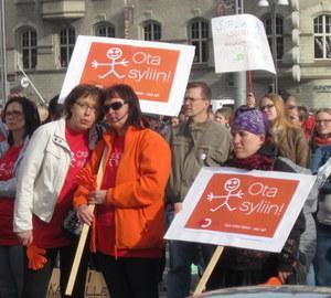 Mielenosoitukseen osallistui vanhempia, lapsia ja päiväkotien henkilökuntaa. (Kuva: Karoliina Järvinen)