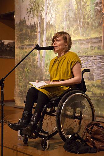 Sanni Purhonen on runoilija, joka toimii tiedottajana Kynnys ry:ssä sekä kirjallisuuskriitikkona, kirjoittajaohjaajana ja toimittajana.