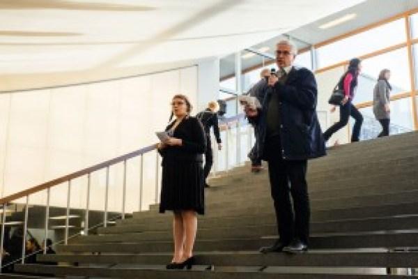 Yliopistolaiset koulutusleikkauksia vastaan -mielenilmauksen järjestäjä Tiina Heikkilä juonsi tilaisuuden. Toisena puheenvuorona kuultiin sosiologian professori Pertti Alasuutarin puhe.