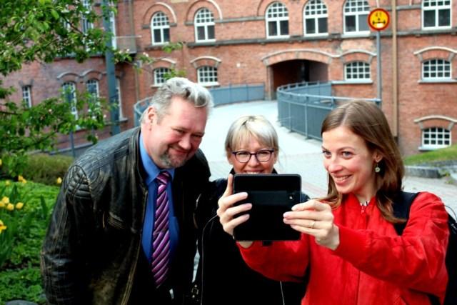 Vasemmistoliiton puheenjohtajaehdokkaat ottivat yhteiskuvan muistoksi matkastaan Tampereen punatiilimaisemiin tiistaina. Puheenjohtajaehdokastentissä Jari Myllykoski, Aino-Kaisa Pekonen ja Li Andersson olivat yksimielisiä siitäkin, että Tampere on hieno kaupunki.