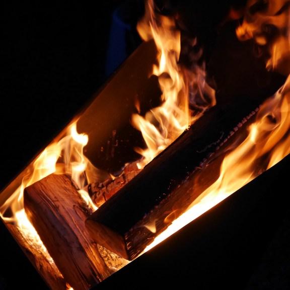 Der Feuer Korb für atmosphärische Flammen und schöne Wärme