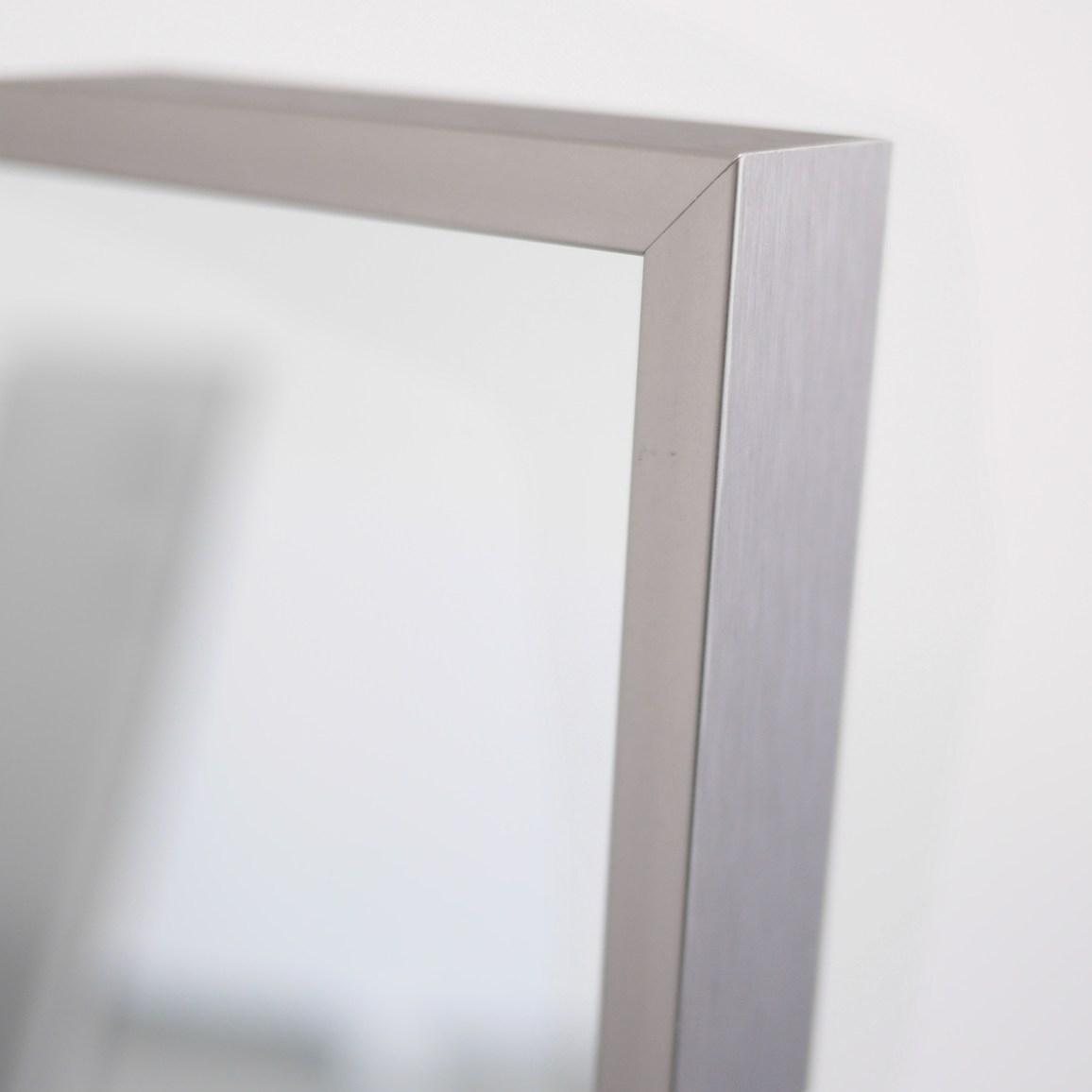 Der edle, dunkle Titanrahmen der Zipris Infrarotheizung Spiegel