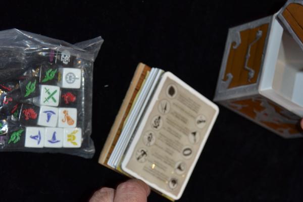 Aquí llegan las cartas y los tokens.