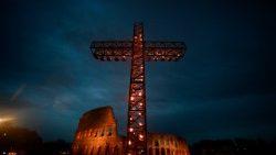 En el Vía Crucis del Coliseo, los nuevos crucificados de hoy