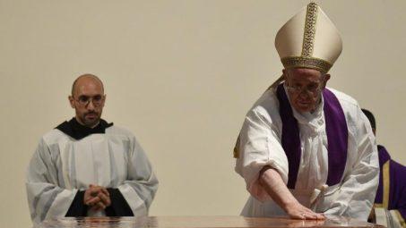 ĐTC  thánh hiến bàn thờ mới  giáo xứ Thánh Giulio ở Roma