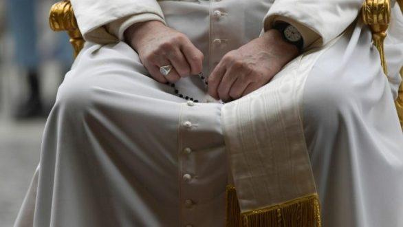 ロザリオの祈りを捧げる教皇フランシスコ 2020年5月30日 バチカン庭園・ルルド洞窟前で