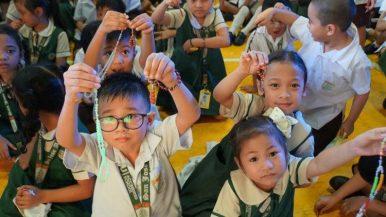 2018.10.18 Bambini nelle Filippine recitano il rosario come parte della campagna Un milione di bambini recita il rosario dell'Aiuto della Chiesa che Soffre.
