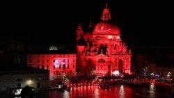 ACS: quattro città italiane tinte di rosso per ricordare i tanti cristiani martiri di oggi