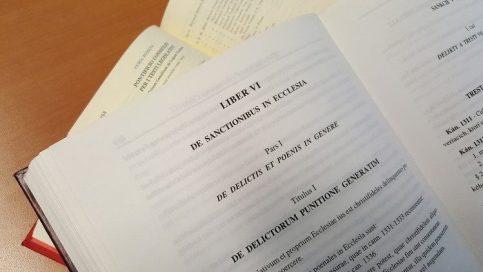 教会における制裁を扱う、教会法典「第6集」(写真:1983年版)