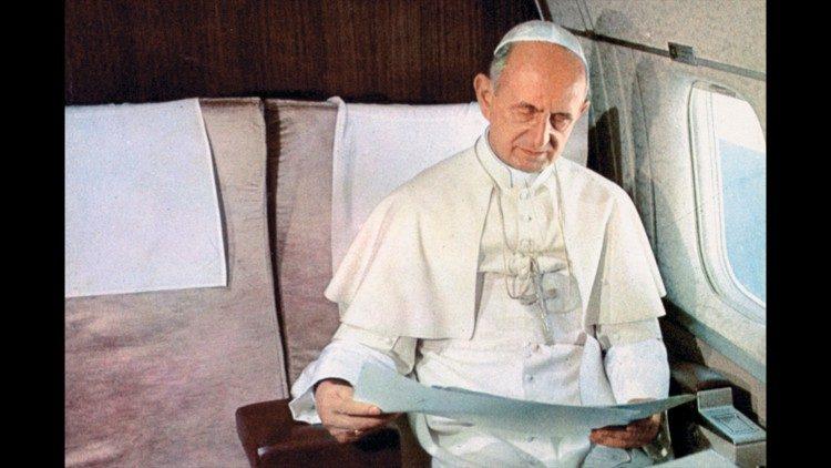 El Papa Pablo VI viajando en avión.
