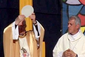 """El entonces """"arzobispo"""" de Buenos Aires, """"cardenal"""" Jorge Mario Bergoglio, ahora Antipapa Francisco, celebró una """"misa arquidiocesana"""" modernista para niños en el Estadio Multipropósito Mary Terán de Weiss"""