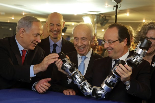 French President Hollande, Israel's President Peres and Prime Minister Netanyahu hold a robot snake in Tel Aviv
