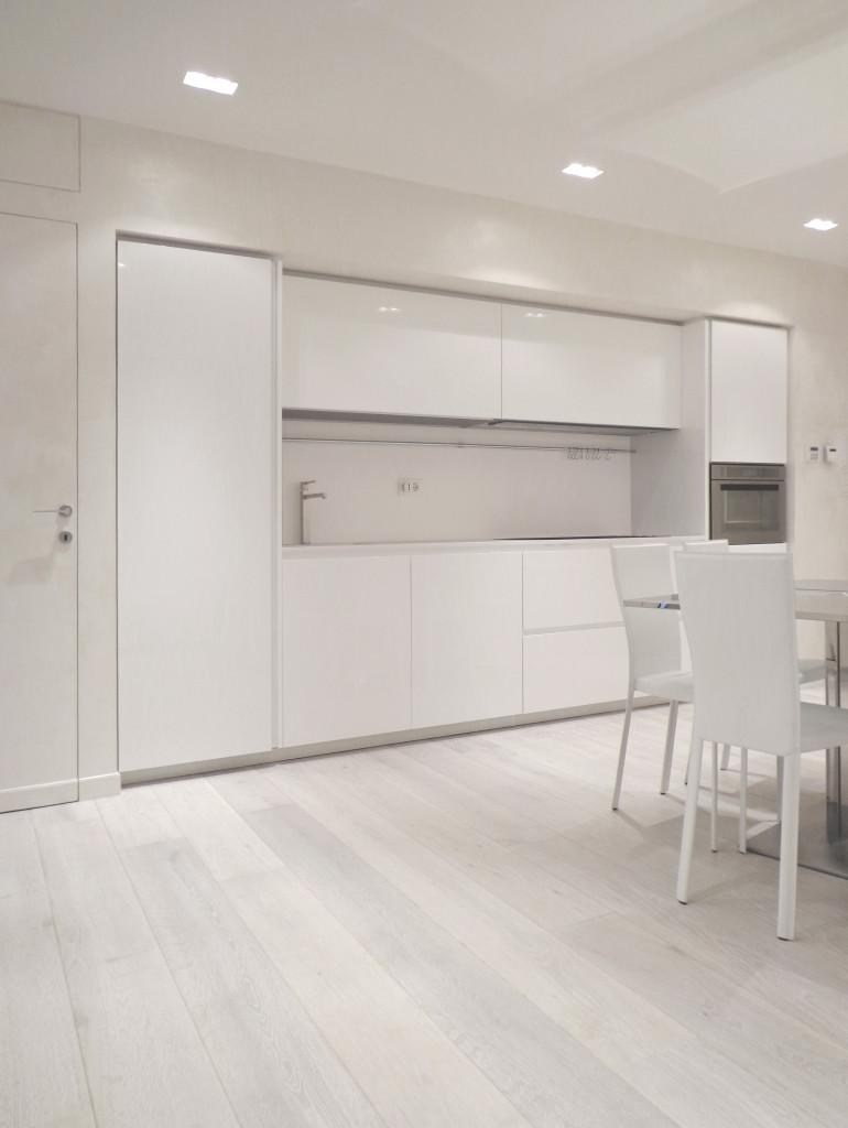 Come arredare una casa vacanza con una cucina lineare bianca lucida