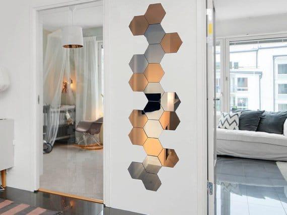 specchi adesivi esagonali color rame e specchio normale