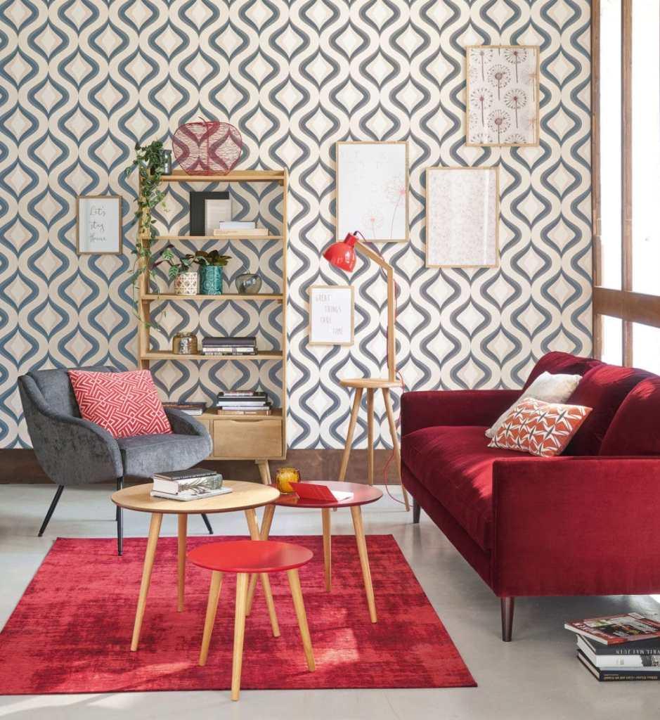 usare il rosso per arredare in stile moderno un soggiorno con divano e tappeto rosso in velluto