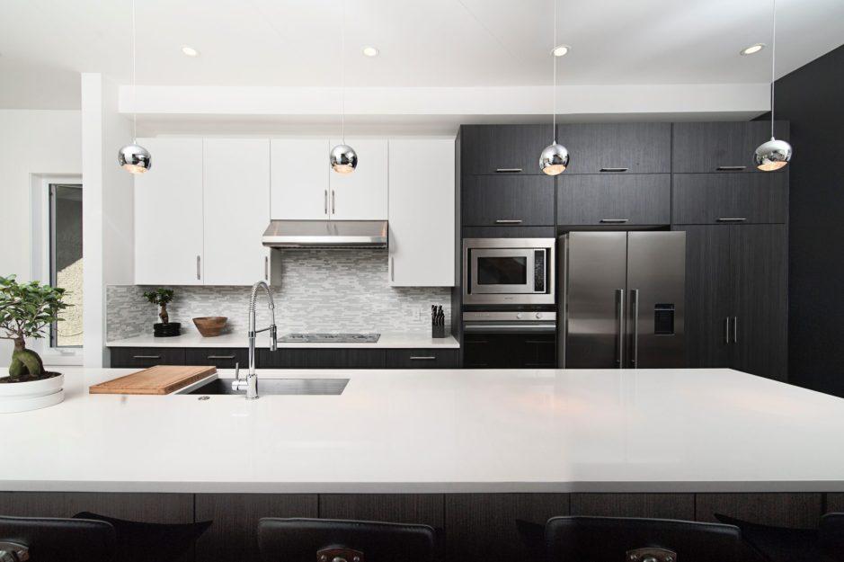 schemi di colore per la cucina: una cucina in rovere tinto moka e laccato bianco opaco