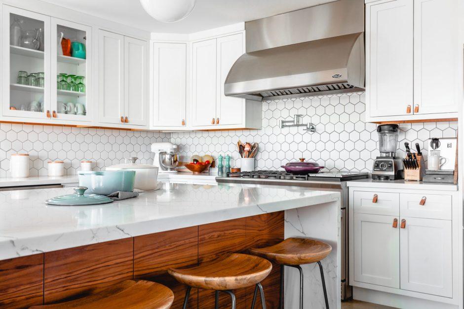 Ristrutturare casa per ottenere una cucina con penisola in marmo e basi e pensili in laccato bianco, in stile rustico