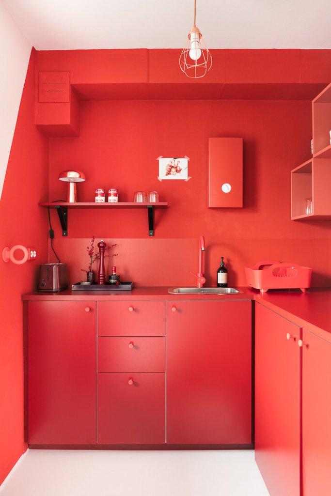 usare il rosso per arredare una cucina monocolore