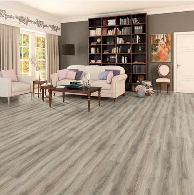 laminato grigio argento spessore 10 mm in soggiorno con divano bianco e libreria in legno