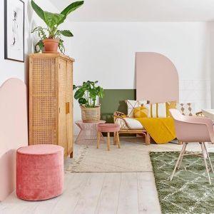 soggiorno con pareti bianche ed arredi in rosa, verde, senape e paglia di Vienna