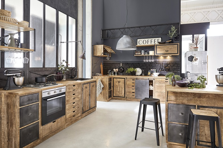 cucina con isola industriale in ferro e rovere con pareti nere