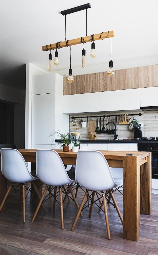 consiglio per l'illuminazione della cucina a tutt'altezza bianca lucida e noce