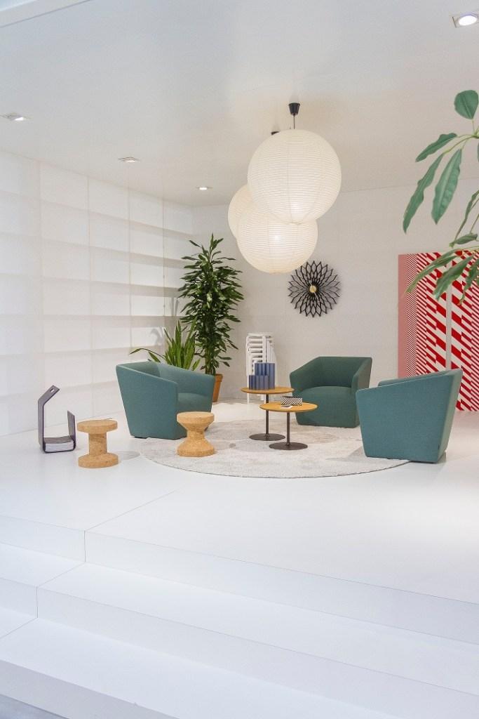 progettare illuminazione di casa in un soggiorno moderno con pavimento a gradini bianchi, in stile Memphis con lampade a soffitto in carta