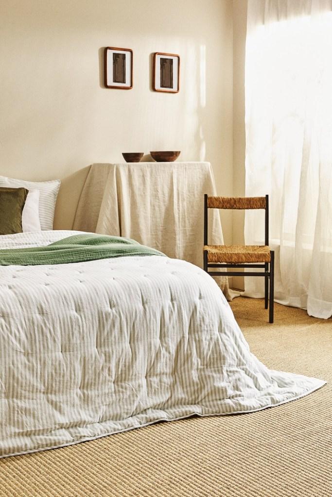 camera da letto bianca e azzurra con tende in lino e tappeto in cotone