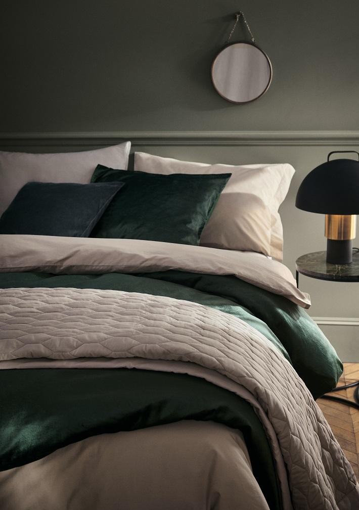 Idee colori per la camera da letto in verde sottobosco e bianco con dettagli oro