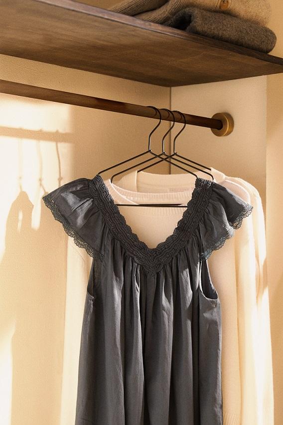 vestiti appesi in cabina armadio