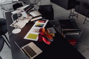 scrivania di un home personal shopper con campioni colori e scampoli di stoffa