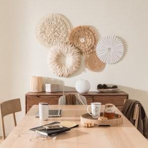 stile-boho-chic-in-casa-con-decorazione-a-parete-in-sala-da-pranzo