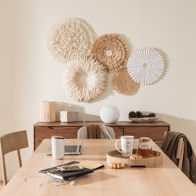stile boho chic in casa con decorazione a parete in sala da pranzo