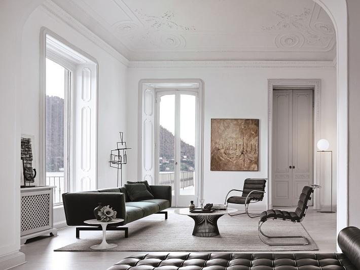 bauhaus e arredamento in un soggiorno dall'architettura classica, reso moderno dagli arredi di design in velluto, acciaio e cuoio